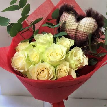 """Baltų rožių puokštelė """"White Love"""" + širdelė"""